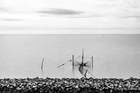 1 Afsluitdijk - Onderweg naar het strand, dit tafereel tegenkomen. Camera op statief, ND filter ervoor, postitie bepalen, camera instellen, muggen van je af slaan en - foto door nathaliedb op 23-07-2019 - deze foto bevat: wolken, zee, water, dijk, natuur, avond, vakantie, landschap, meer, visser, waddenzee, afsluitdijk, vissersnet, lange sluitertijd, nd1000 filter