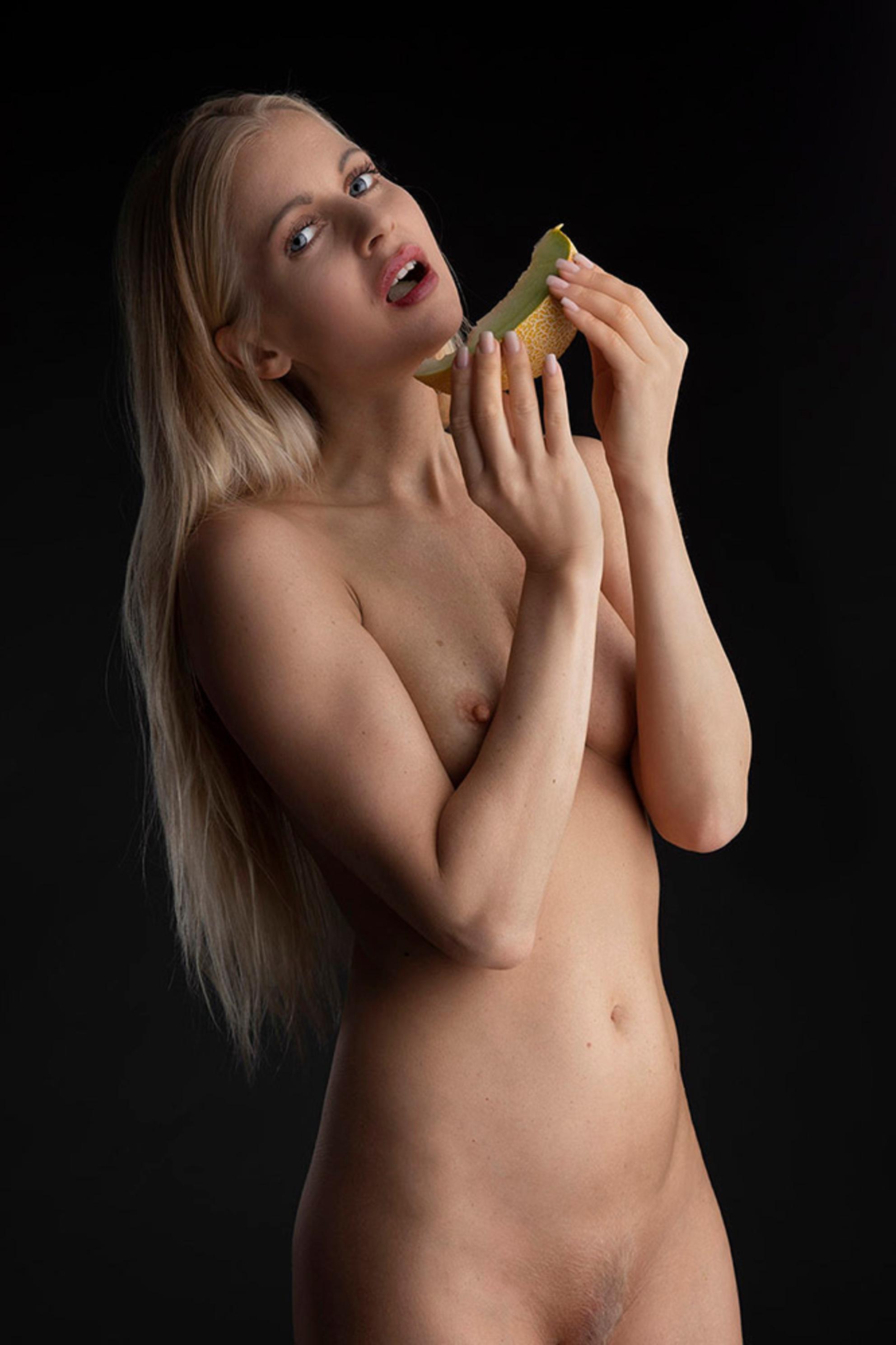Meloen - model is Anna Johansson - foto door jhslotboom op 08-03-2021 - Deze foto mag gebruikt worden in een Zoom.nl publicatie