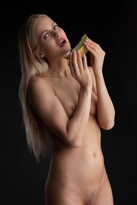 Meloen - model is Anna Johansson - foto door jhslotboom op 08-03-2021