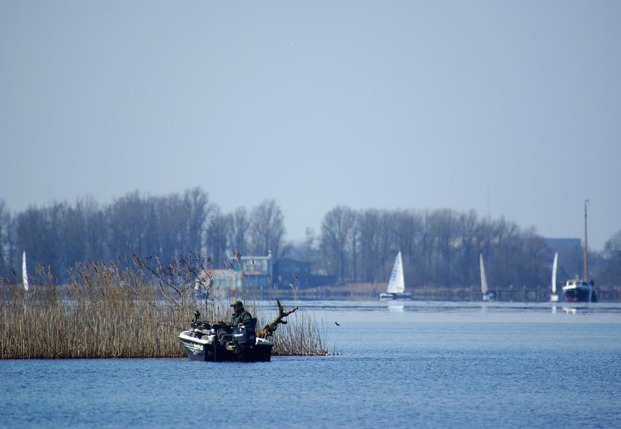 Voorjaarsvisser - Op afstand met 500mm. - foto door w.zijlstra10 op 28-03-2011 - deze foto bevat: visser