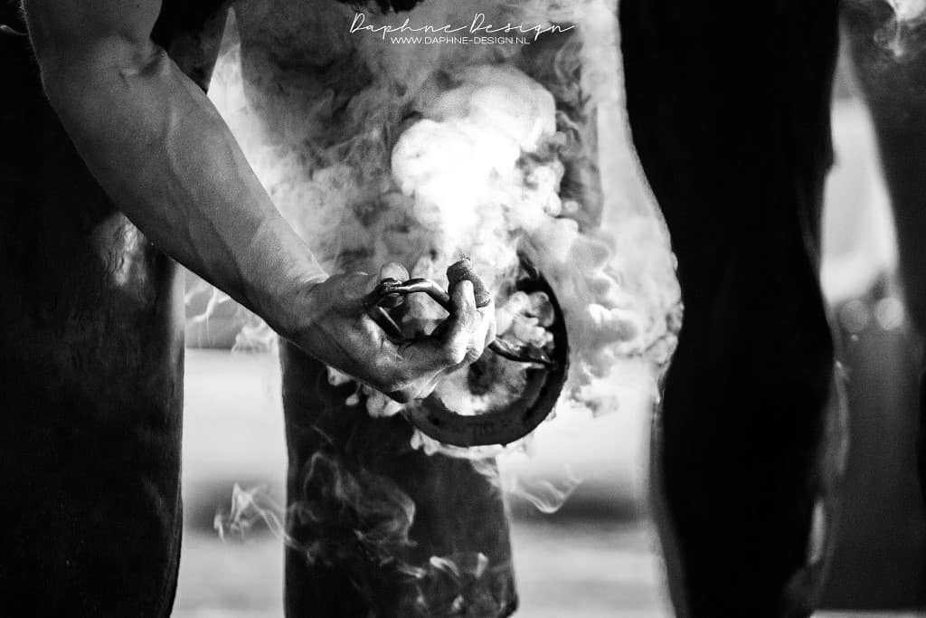 Shoe fitting - - - foto door Daphne-Design op 14-10-2020 - deze foto bevat: black, paard, pony, hoefsmid, smoke, white, fitting, shoe