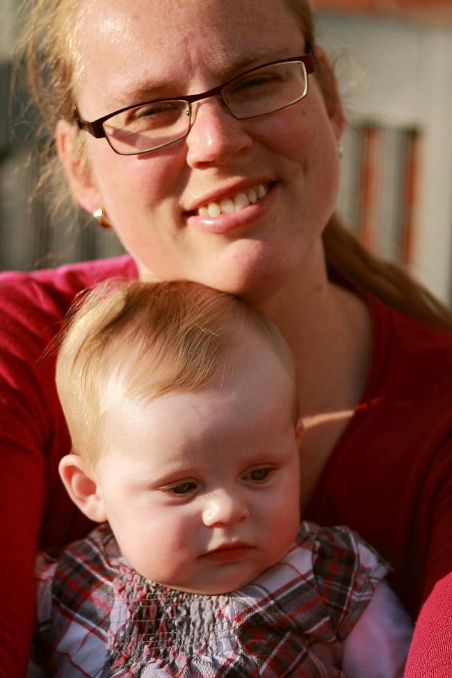 moeder en dochter - Moeder en dochter in het lente zonnetje.  Groet Roland - foto door RolandOudmaijer_zoom op 10-03-2015 - deze foto bevat: vrouw, daglicht, kind, baby, meisje