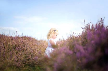 Zorgenloos - Onlans deed ik een fotoshoot met een meisje van vier op de Hilversumse hei en dit is een van de resultaten. Meer foto's hiervan (en meer) zijn te vin - foto door mycreativity op 06-10-2012 - deze foto bevat: paars, kleur, natuur, herfst, nikon, meisje, hei, compositie, fel, blond, contrast, danielle, sprookje, scherpte, sprookjesachtig, onscherpte, dromerig, nikkor, d700, van eerden, 85mm f1.8, www.gewoondanielle.nl, zorgenloos, gewoondanielle