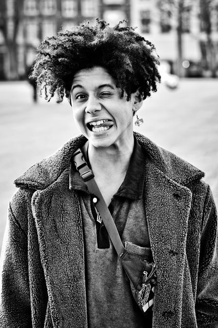 Passersby 14 - - - foto door ellis77 op 25-02-2018 - deze foto bevat: jongen, zwartwit, straatfotografie, straatportret, 50mm