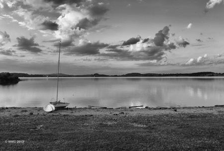Stilte - Een meer in Zuid-duitsland. Forggensee. Omgezet naar zwart wit en bewerkt met Nik van google - foto door MarcoK op 15-02-2015 - deze foto bevat: wolken, meer, zwartwit, stilte, duitsland, forgennsee