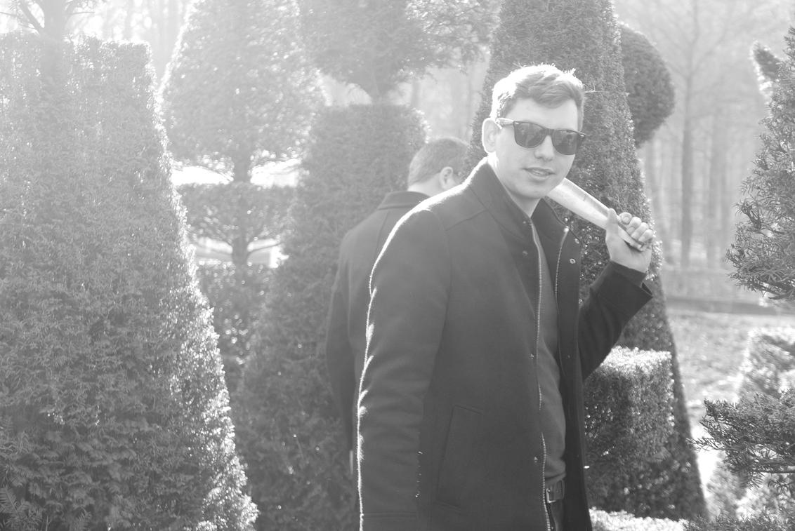 Tussen de Taxus... - Arnhem - Foto van 2 vrienden van mij tussen de sierbomen in een park in het openluchtmuseum, Arnhem. - foto door Krulkoos op 01-03-2019 - deze foto bevat: portret, holland, jongen, zonlicht, nederland, zwartwit, zonnebril, arnhem, spiegelbeeld, vrienden, openluchtmuseum, taxus, siertuin, zonnenbril, zwartwitfotografie, maurice weststrate, lx100, snoeiboom