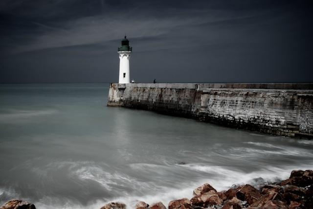 Normandië... - Dit is het plaatsje Saint Valery-en-caux in Normandië. Een leuk klein gezellig plaatsje met een pier waar een klein vuurtorentje op staat. Met de Hoy - foto door Foto_Marleen op 22-05-2011 - deze foto bevat: kleur, zee, water, vuurtoren, landschap, pier, rotsen, grijsfilter, lange sluitertijd