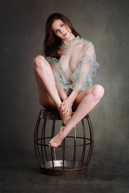groen - Model Lois Yuri - foto door jhslotboom op 13-07-2019 - deze foto bevat: vrouw, licht, portret, model, fashion, erotiek, naakt, pose, studio, schoonheid, lois, klassiek, brunette, kooi, artistiek, blouse, doorzichtig, kruk