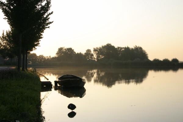 Ochtendgloren in Nes - - - foto door smorrie op 03-09-2009 - deze foto bevat: ochtend, bootje, Nes aan de Amstel
