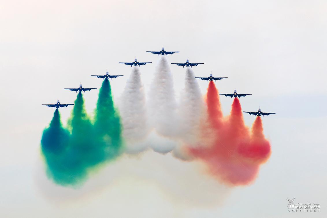 Luchtmachtdagen Leeuwarden 2016 - Het Frecce Tricolori demonstratieteam, is een onderdeel van de Italiaanse luchtmacht. Het betekent letterlijk driekleurige pijlen. De Frecce Tridolor - foto door amsterdamned_zoom op 12-06-2016 - deze foto bevat: lucht, holland, nederland, vliegtuigen, leeuwarden, airshow, luchtmachtdagen, amsterdamned, aerobatics, demonstratieteam, firesland, le frecce tricolori, luchtmachtdagen 2016, luchtmachtdagen leeuwarden 2016, f-86e sabres, italiaanse luchtmacht, vliegtuigen met rook, 313e aerobatisch trainingssquadron, luchtmachtdagen leeuwarden, aermacchi mb-339, demonstraieteam italiaanse luchtmacht