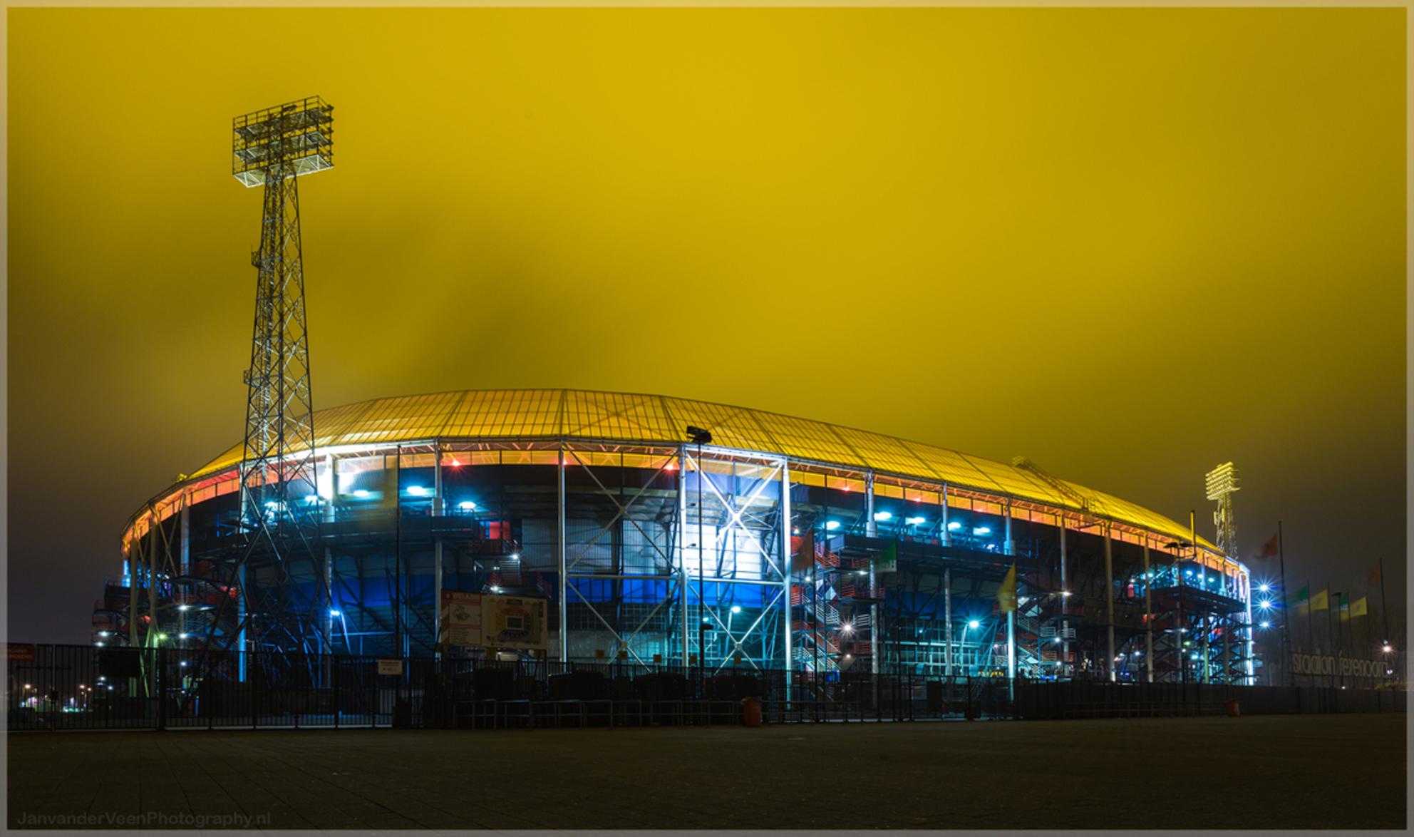 Feyenoord Rotterdam - Het geel is echt schijnen lampen te zijn voor het gras niets aan bewerkt - foto door JanvanderveenPhotography op 31-12-2016 - deze foto bevat: lucht, water, rotterdam, sport, geel, licht, avond, architectuur, gebouw, stad, voetbal, nacht, perspectief, nederland, verlaten, feyenoord, stadion, zuid-holland, lange sluitertijd