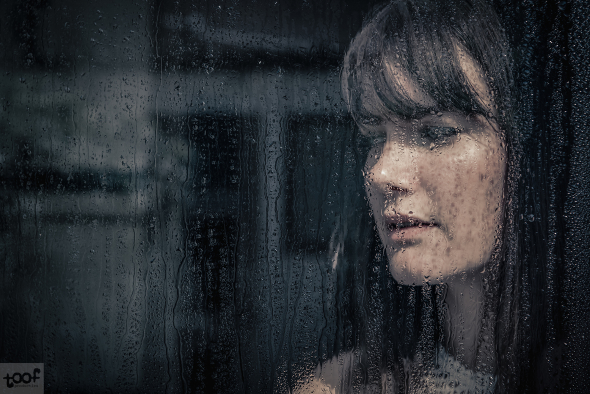 Another window IV - Deel 4 uit een te creëren serie.. - foto door toof op 01-10-2017 - deze foto bevat: vrouw, water, regen, portret, schaduw, druppels, daglicht, raam, ogen, emotie, fotoshoot, serie, d750