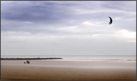 Gevecht met de wind - Bij zeer winderig weer aan de Belgische kust. Door de barre weersomstandigheden misschien iets te onscherp , maar ik dacht dat hier het sfeerbeeld h - foto door humanitas op 10-09-2011 - deze foto bevat: zee, sport