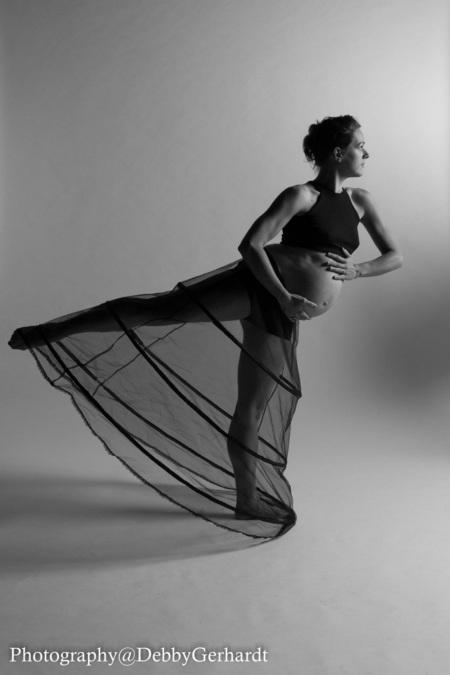 Dance Mom - - - foto door debbyvroon op 06-10-2014 - deze foto bevat: vrouw, model, liefde, tegenlicht, flits, baby, lief, zwartwit, emotie, zwanger, studio