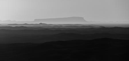 Sahara - De noordelijke Sahara in het zuiden van Marokko. De foto is gemaakt tijdens zonsondergang waardoor er rijen coulissen te zien zijn. Dit zijn in werke - foto door Sake-van-Pelt op 03-01-2015 - deze foto bevat: lucht, zon, panorama, natuur, licht, winter, avond, zonsondergang, vakantie, landschap, duinen, tegenlicht, zand, bergen, berg, marokko, afrika, duin, laag, zandduinen, sahara, zandduin, lagen, laagjes, heveuls