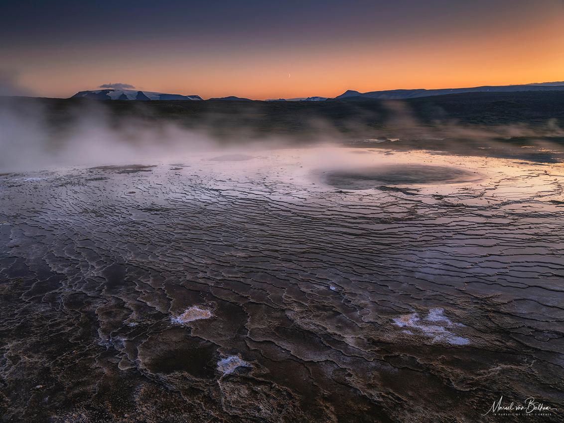 Icelands insides - En opname van de 2019 phototour die ik elk jaar organiseer naar Ijsland, 2020 zit al vol maar voor 2021 zijn er nog plaatsen :) zie voor meer info mi - foto door mvbalkom op 26-11-2019 - deze foto bevat: natuur, avond, zonsondergang, mist, bergen, maan, lange sluitertijd