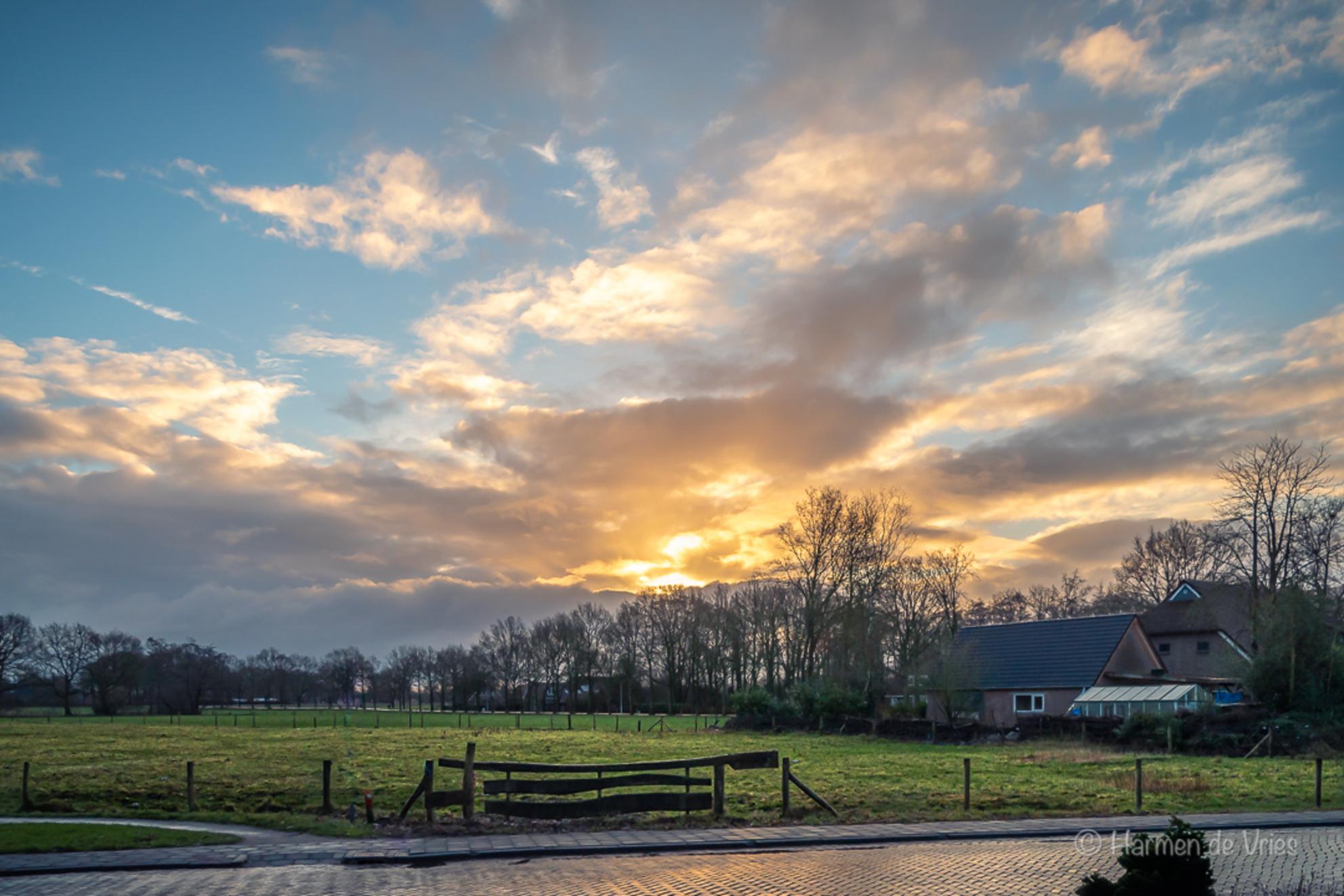Goeiemorgen ! - Goeiemorgen! Wat een prachtige verrassing bij het naar buiten kijken net nadat je wakker geworden bent.   Met het toepassen van wat ik opgestoken h - foto door hjdevries op 26-02-2021 - deze foto bevat: lucht, wolken, zon, natuur, licht, landschap, tegenlicht, nederland - Deze foto mag gebruikt worden in een Zoom.nl publicatie