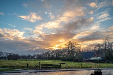 Goeiemorgen ! - Goeiemorgen! Wat een prachtige verrassing bij het naar buiten kijken net nadat je wakker geworden bent.   Met het toepassen van wat ik opgestoken h - foto door hjdevries op 26-02-2021 - deze foto bevat: lucht, wolken, zon, natuur, licht, landschap, tegenlicht, nederland