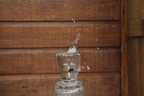 Plons steentje in glas