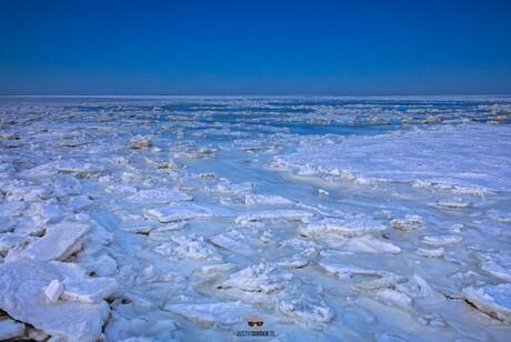Na zonsondergang nog even het Wad op, ijsschotsen in het blauwe uurtje, Texel.