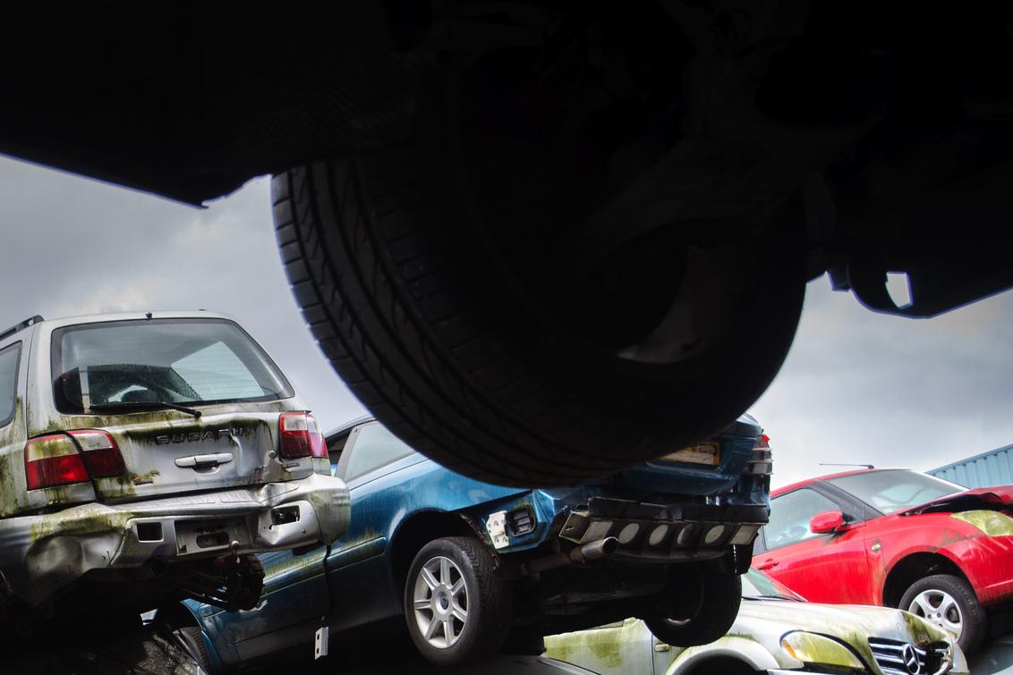 Die rode was het! - Op de sloop ligt, staat en hangt van alles wat eens glimmend rondreed - foto door w.herlaar op 08-10-2012 - deze foto bevat: wiel, auto, autowrak