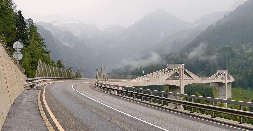 Ganterbrücke Simplonpas 2. - De Ganterbrücke op de Simplonpas Zwitserland. Voorde omschrijving even een foto terug kijken.  5 september 2014. Groetjes Bob. - foto door oudmaijer op 30-10-2019 - deze foto bevat: licht, lijnen, vakantie, architectuur, landschap, brug, zwiterland, alpen, simplonpas