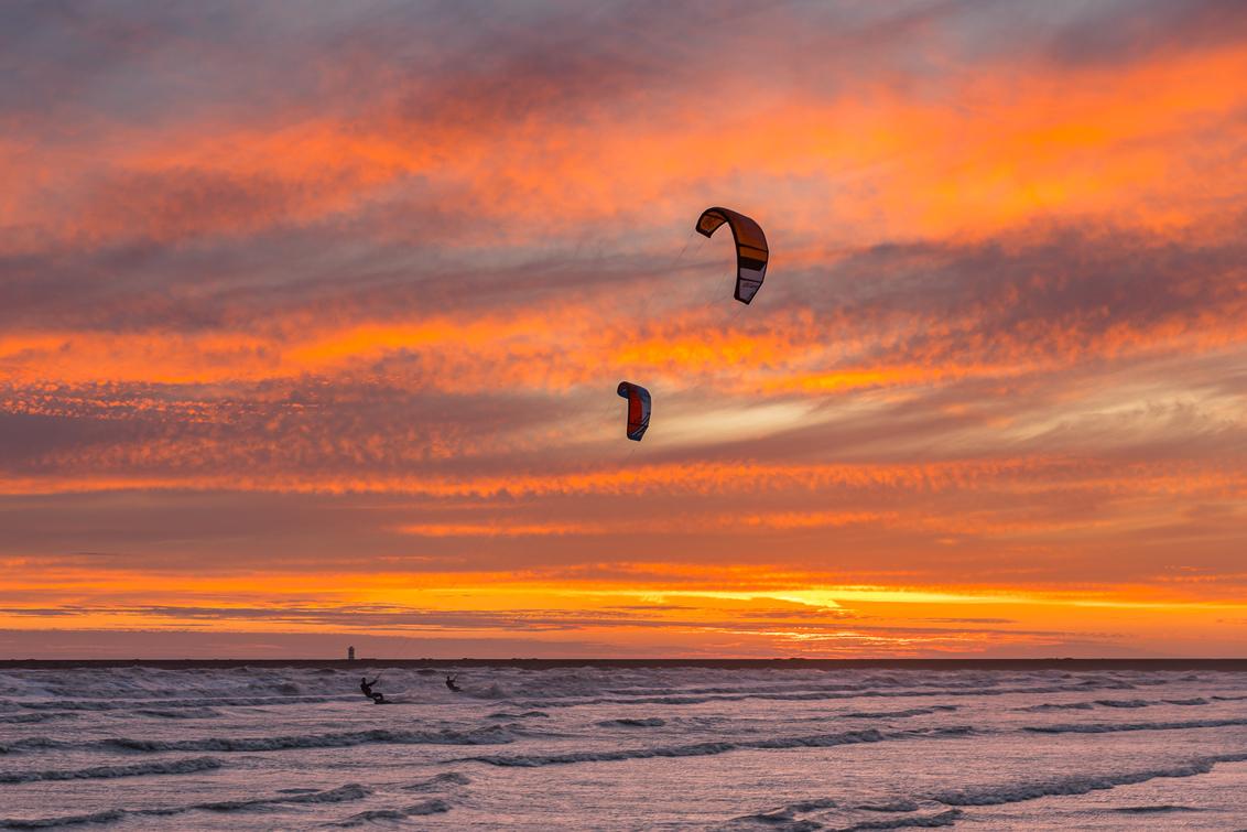 Storm Surfing! - - - foto door KarindeBruin op 30-06-2020 - deze foto bevat: lucht, wolken, zon, strand, zee, water, dijk, licht, avond, zonsondergang, landschap, duinen, tegenlicht, storm, zand, haven, pier, kust, watersport, kitesurfing, ijmuiden