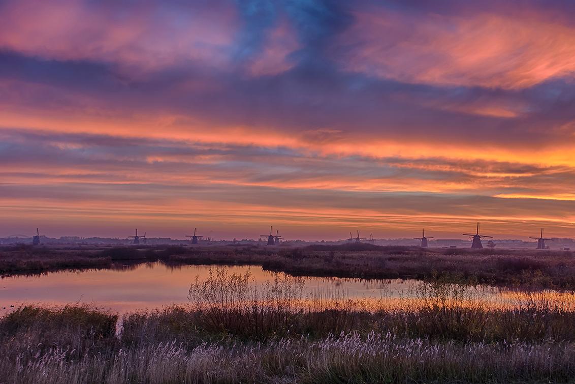 Kinderdijk - De zon is net onder en de avond valt over Kinderdijk. - foto door TourDeFrans op 01-04-2021 - deze foto bevat: lucht, zonsondergang, molen, hdr