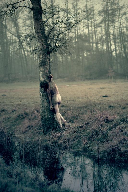 Samensmelting - Een andere foto van mijn nieuwste zelfportret serie. Denkend aan: vervreemding, geborgenheid.  Being One With Nature. - foto door punciegraphics op 26-01-2014 - deze foto bevat: boom, natuur, winter, naakt, lichaam, schors, concept, samensmelten