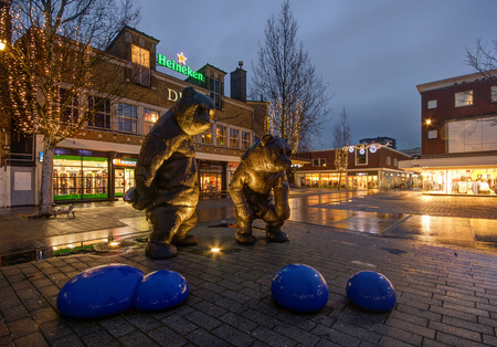 Hengelo - Markt - Beren - Hengelo - Markt - Beren - foto door mdwaard op 27-01-2018 - deze foto bevat: beren, nachtfotografie, twente, hengelo, avondfotografie, blauwe uur