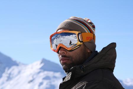 Are you ready - Een vriend van me die op me wacht om de piste af te boarden. Zijn stoere blik zegt dat ik aan het treuzelen ben met mijn camera, en of ik klaar ben o - foto door haikodejong op 04-08-2010 - deze foto bevat: wintersport, goggle