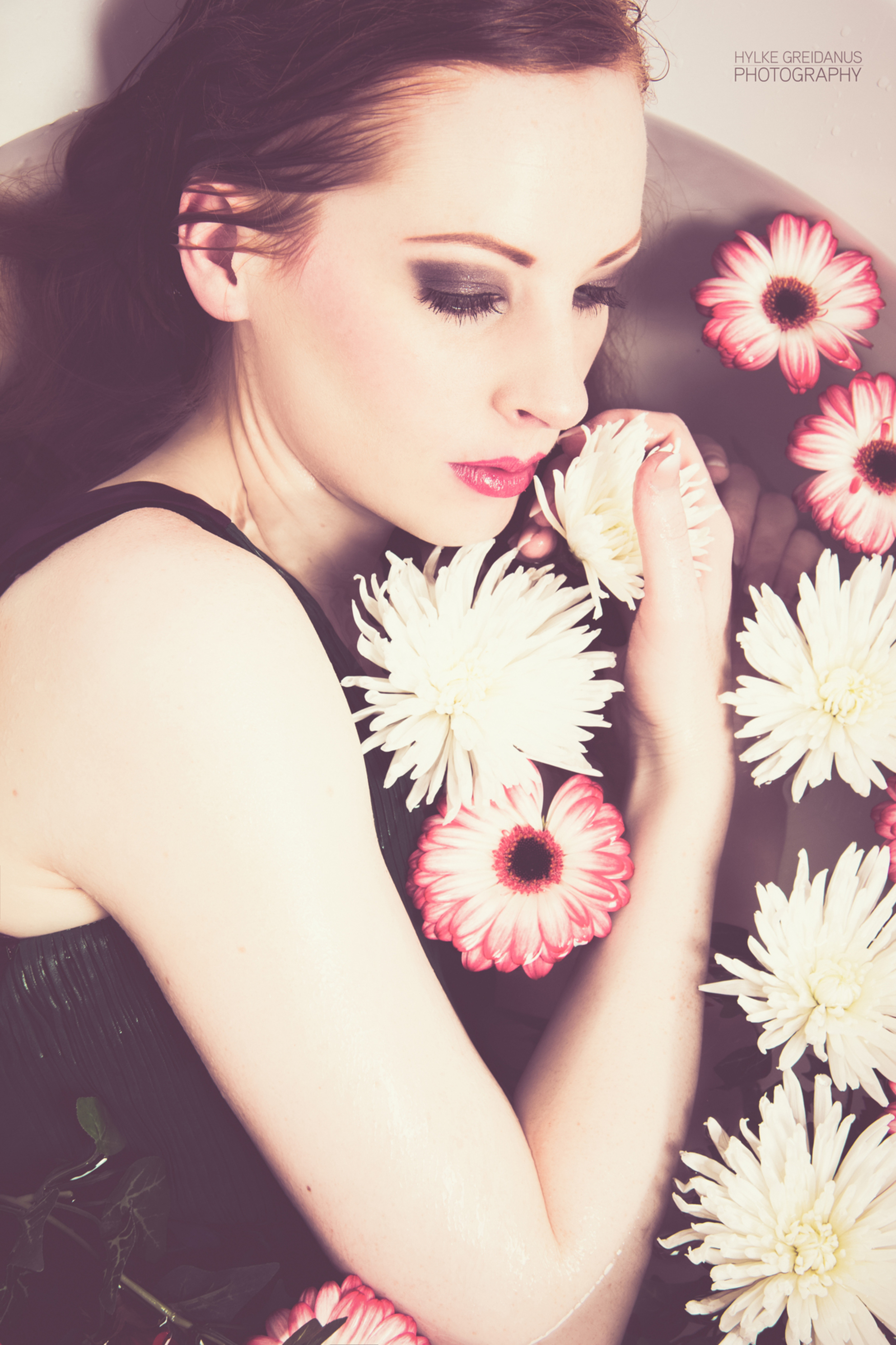 Bath Girl. - Model: Carlijn Guns Muah: Annemieke vreugdenhil - foto door hylke-greidanus op 20-08-2014 - deze foto bevat: vrouw, kleur, water, licht, portret, bloemen, model, flits, haar, fashion, lippen, beauty, flowers, pose, glamour, kapsel, belichting, expressie, jurk, mode, fotoshoot, kleding, romantisch, locatie, makeup, styling, fashionfotografie
