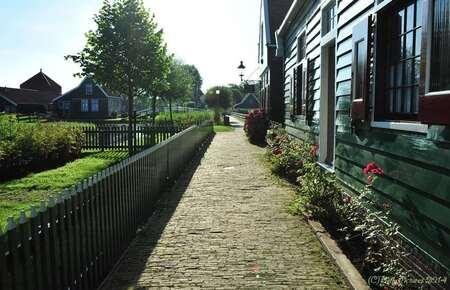 Voor de toeristenstroom - Het voordeel van heel vroeg zijn op de  Zaanse Schans is dat je feitelijk de 1e toerist van de dag bent. - foto door gebbe op 20-07-2014 - deze foto bevat: leegte, ochtendlicht, straatje, toerist, zaanse schans