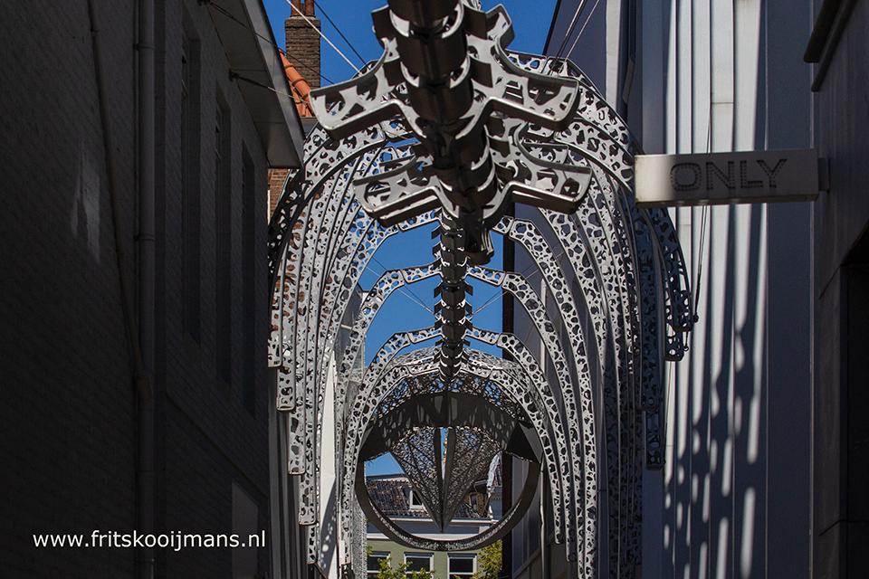 Dinosaurusstandbeeld in steeg van Leeuwarden - 20180630 8573 Dinosaurusstandbeeld  in steeg van Leeuwarden - foto door fritskooijmans op 07-10-2018 - deze foto bevat: kunst, standbeeld, dinosaurus, skelet, friesland, leeuwarden