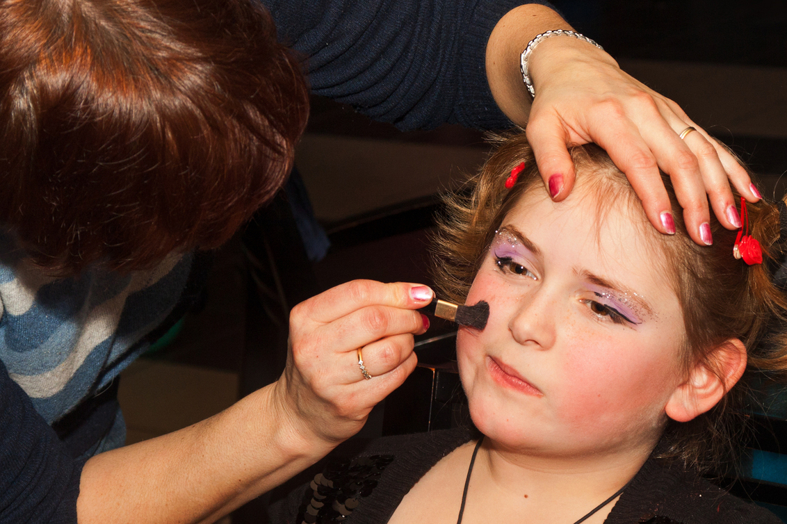 Make up - Het verjaardagsfeestje van onze kleindochter zou helemaal in 80-er jaren disco stijl verlopen. Enkele vriendjes en een heleboel vriendinnetjes zakten - foto door kosmopol op 23-02-2012 - deze foto bevat: meisje, make up, kosmopol