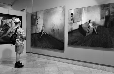 Museum - - - foto door ad-raats op 08-06-2019 - deze foto bevat: museum, zwartwit, tentoonstelling, schilderijen, expositie, Museumbezoeker