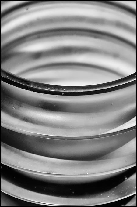 Dutch design 14 - Wat zouden wij zonder glas zijn vraag ik me wel eens af. Van ouds her is het een materiaal dat met de nodige fascinatie wordt bewonderd. Zeker de laa - foto door mphvanhoof_zoom op 02-10-2018 - deze foto bevat: glas, structuur, kunst, eindhoven, art, dutch, ritme, design, zwart wit, strijp S