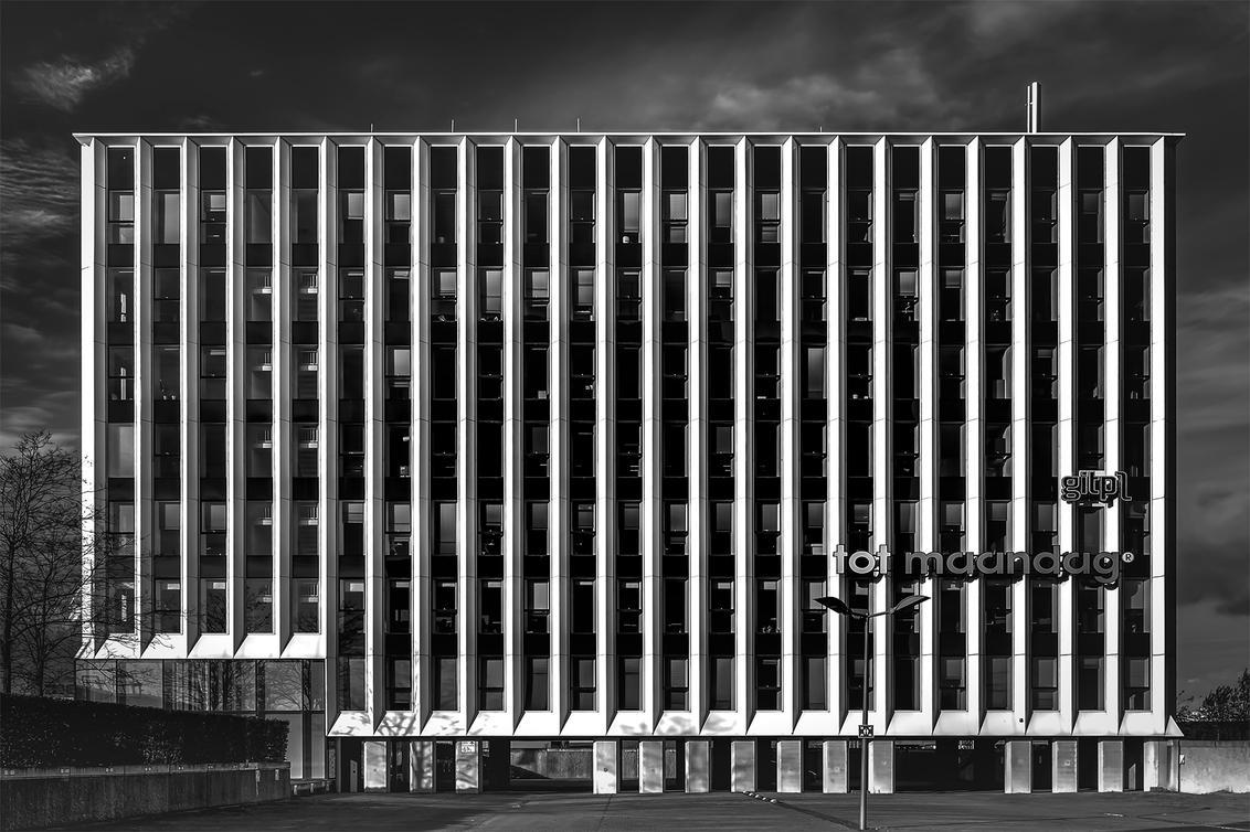 Allemaal alvast... - of een andere dag :-)  In elk geval alvast een fijn weekend! - foto door corvee1r op 10-12-2020 - deze foto bevat: lucht, abstract, lijnen, architectuur, gebouw, perspectief, groningen, zwartwit, modern, europapark, corvee1r