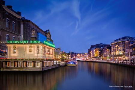 """Rondvaart Amsterdam - Een HDR tijdens """"blue hour"""" in onze hoofdstad. - foto door mauricesundermann op 12-05-2015 - deze foto bevat: oud, lucht, amsterdam, water, licht, avond, lijnen, architectuur, reflectie, landschap, gebouw, stad, nacht, huis, hdr, lange sluitertijd"""