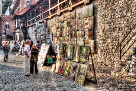 de kunstverkoop - tegen de oude verdedigingsmuur van Karkau wordt tegenwoordig schilderijen aan de man gebracht.  Kijk ook even op mijn nieuwe website www.jkt-fotogr - foto door jkt001 op 11-01-2019 - deze foto bevat: man, vrouw, mensen, straat, markt, kunst, plein, straatfotografie, schilderijen, verkoop, krakau