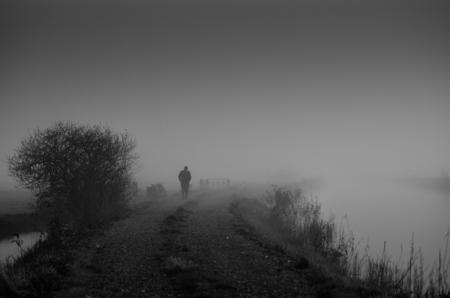 De Boer op... - Op een zeer mistige ochtend waren we aan het foto's schieten bij het water waar het eigenlijk te mistig was. We waren net in de auto gestapt toen dez - foto door wido-foto op 11-12-2013 - deze foto bevat: landschap, mist, land, mistig, groningen, boer, wandeling, zwart wit
