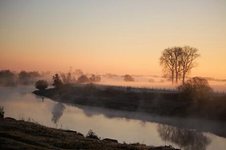 Mooie mist tijdens zonsopkomst