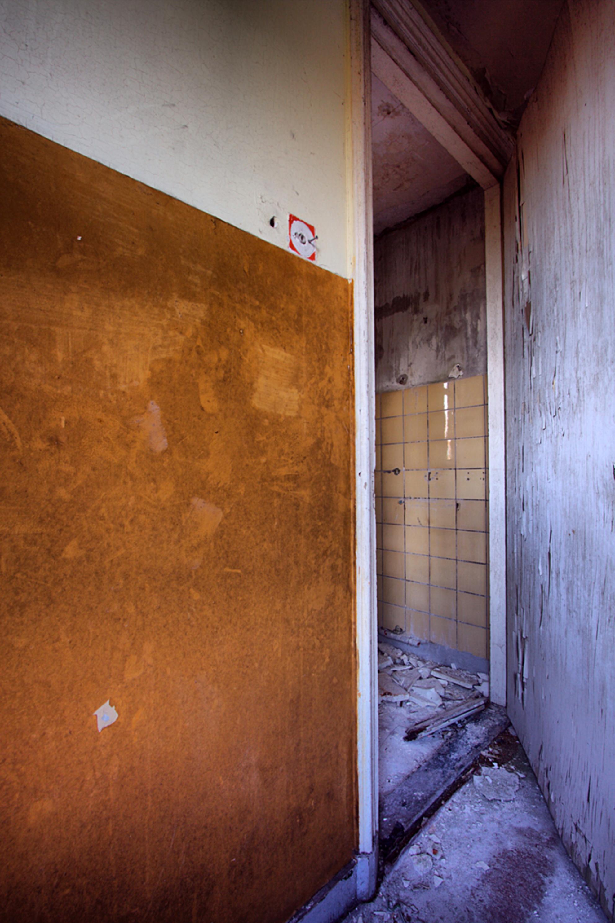 Postkantoor 3 - Op 21-6-2010 hebben Jos en ik een bezoek gebracht aan dit oude postkantoor.  het is een hdr foto.  Kijk ook eens op mijn website: [url]http://los - foto door Jascha_400D op 12-04-2011 - deze foto bevat: oud, foto, kleur, time, in, groningen, nederland, urban, lost, verlaten, vervallen, hdr, postkantoor, urbex, stadskanaal, tonemapping, nl, decay, hoste, jascha, ue