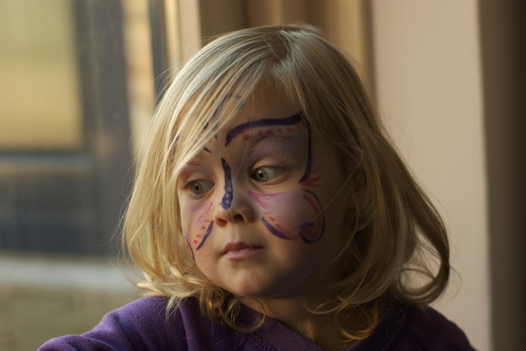 Fleur als vlinder - Mijn dochter als vlinder - foto door bthijssen op 30-12-2011 - deze foto bevat: portret, kind, sony a390, sony 50mm f1 4