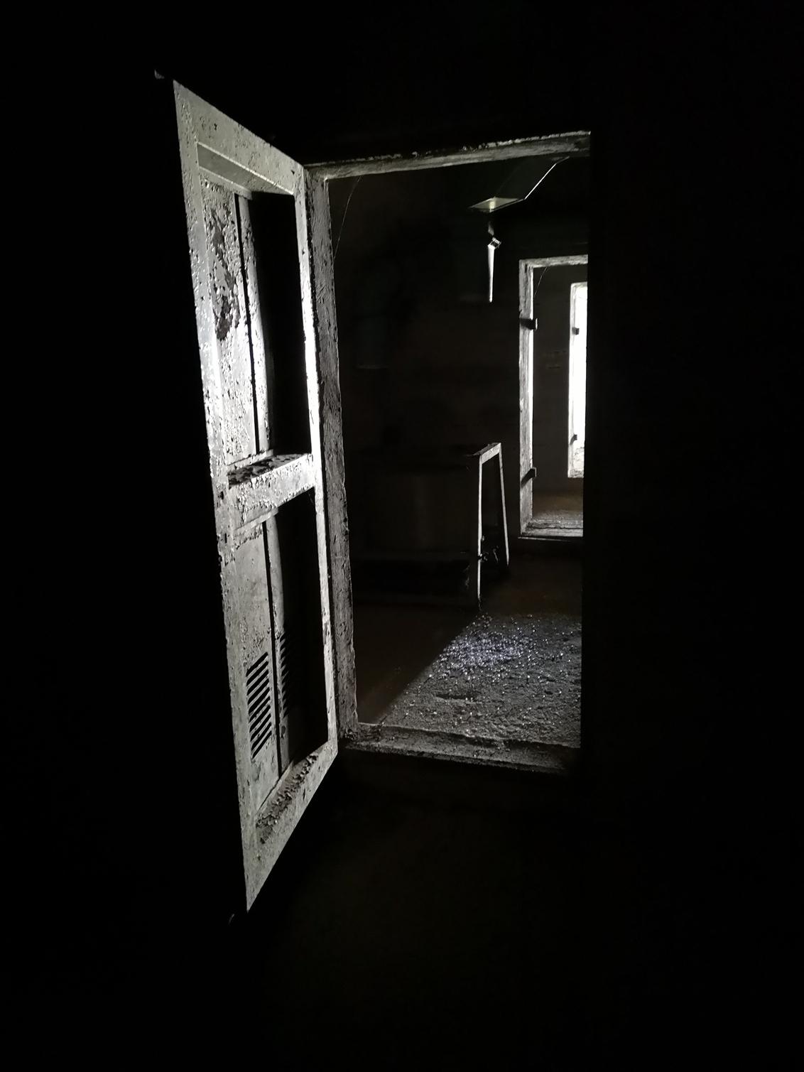 waar wat - - - foto door theabas op 03-03-2021 - deze foto bevat: donker, deur, doorgangen