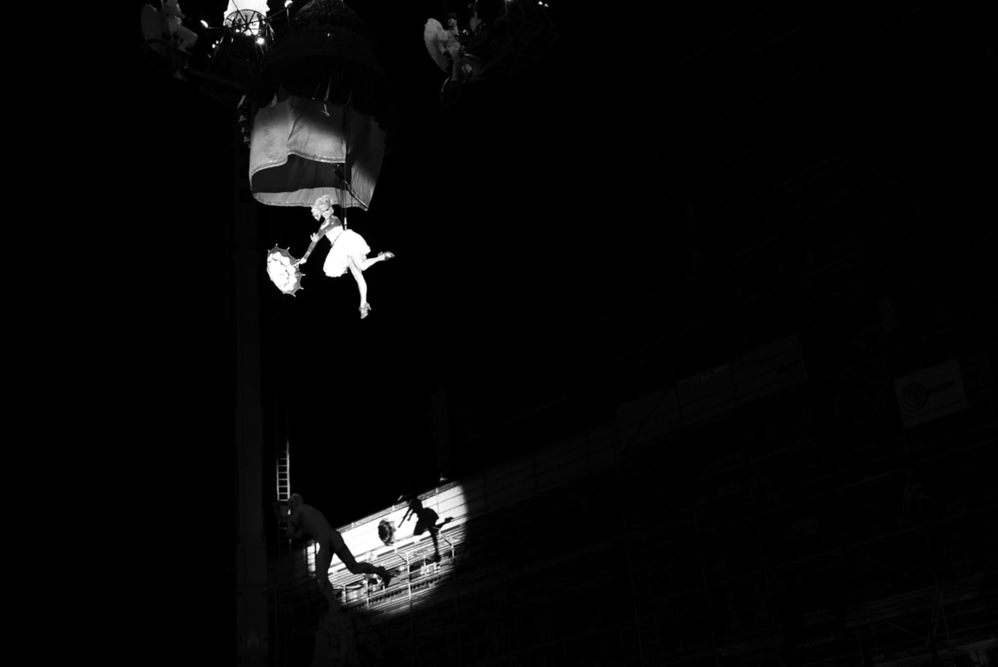 """Vliegen boven Brabo.. - Antwerpen - Danseres van het Tol theater zwiert over het Brabo monument ter ere van het 500 jarige bestaan van de """"Onze-Lieve-Vrouwekathedraal"""" van Antwerpen.  - foto door Krulkoos op 06-09-2018 - deze foto bevat: vrouw, straat, markt, vliegen, schaduw, tegenlicht, kerk, monument, stad, theater, optreden, circus, nacht, meisje, antwerpen, hangen, zwartwit, spotlight, belgie, plein, feest, kathedraal, straatfotografie, spot, paraplu, danser, danseres, spots, evenement, spotlicht, leica, brabo, onze-lieve-vrouwekathedraal, Grote markt, maurice weststrate, lx100, 500 jaar, theatertol, toltheater, tol theater, kathedraal500jaar, onzetoren500, onze-lieve-vrouwe kathedraal, onze-lieve-vrouwe - Deze foto mag gebruikt worden in een Zoom.nl publicatie"""
