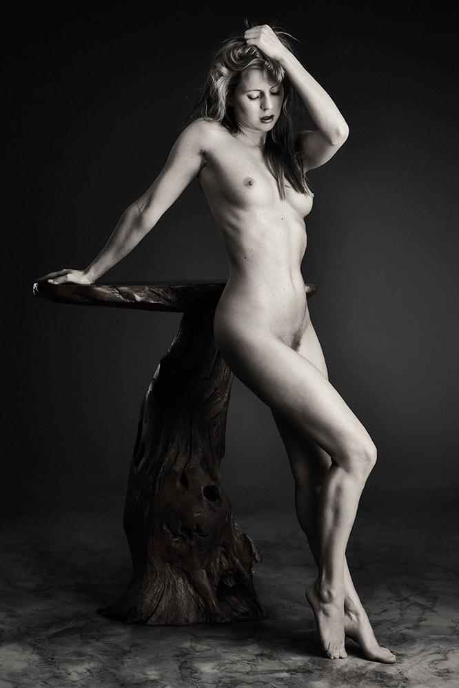 Nude Art met tafel - met Anna Johansson - foto door jhslotboom op 14-09-2020 - deze foto bevat: vrouw, tafel, model, art, erotiek, beauty, nude, naakt, zwartwit, pose, studio, houten, schoonheid, blond, klassiek, monochroom, mono, artistiek, nude art, anna johansson