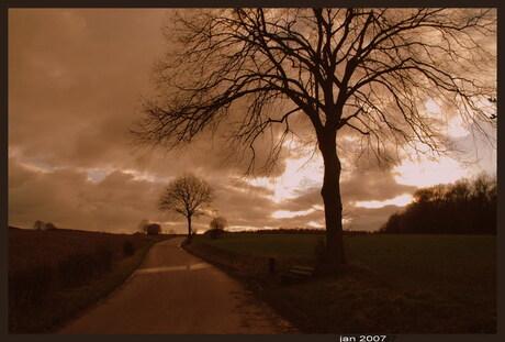 eenzame weg in het heuvelland