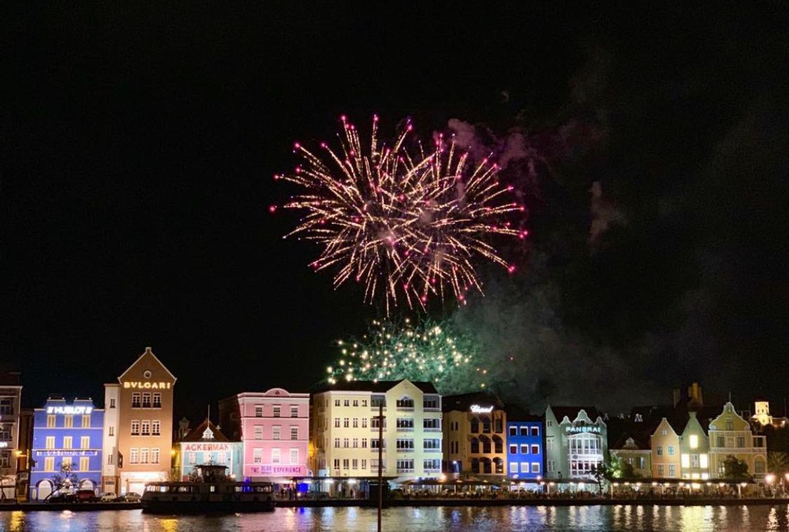 Vuurwerk boven Willemstad (Curacao) - - - foto door lboer_zoom op 25-02-2021