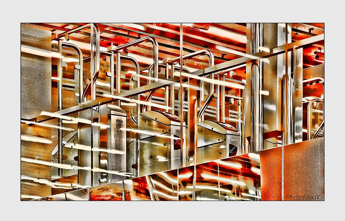 Forbidden pictures 3 - Metrostation Rotterdam, kleuren omgezet en verzadigd. Wie kan zien wat dit is?  Ik heb trouwens gelezen dat in het reglement van NS staat dat fotogr - foto door PhotoMad op 20-03-2010 - deze foto bevat: station, rotterdam, metro, ret